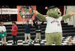 Edúcalos: Orbit, la mascot de los Astros lee a estudiantes