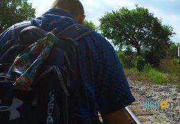 Con su vida en la mochila