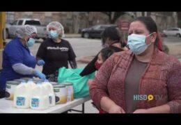 Camino al Éxito HISD: Estudiantes de HISD y sus familiares reciben alimentos