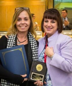 Karen Reed, izquierda, es reconocida como Empleada del Mes de Enero de 2015 en la junta de la Mesa Directiva de HISD
