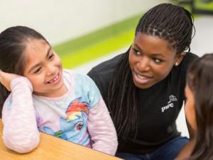 Voluntarios de PricewaterhouseCoopers colaboran con alumnos de la Escuela Primaria Benbrook.